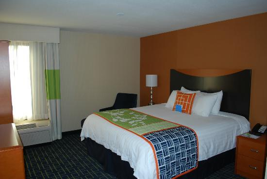 Fairfield Inn & Suites Anaheim North/Buena Park: Habitacion del hotel