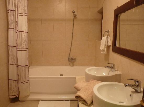 Casa Alice: Baño espacioso