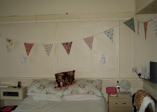 Hemsby, UK: Bedroom (bunting not included!)
