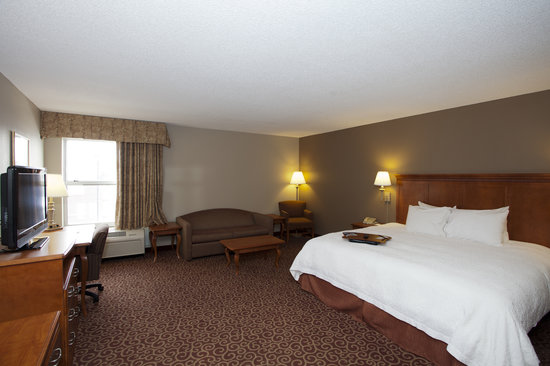 Hampton Inn Lincoln - Heritage Park: Stretch out and enjoy while staying in our King Study. Enjoy free WiFi and so much more.