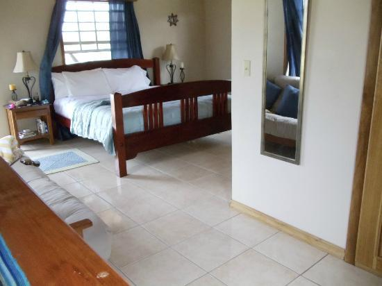 Coco Plum Island Resort: Our very comfy bed