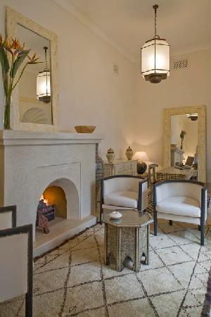 Dar Mo'da: Fireplace living-room