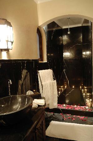 Dar Mo'da: Black Suite bathroom