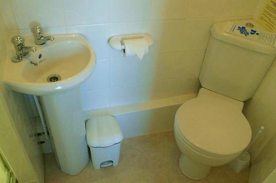 Yarn Market Hotel: En-suite bathroom (Room 23)