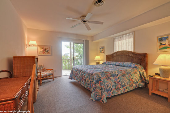 Cabana Gardens Bed & Breakfast: Room No. 5, 2nd floor with deck & lake view