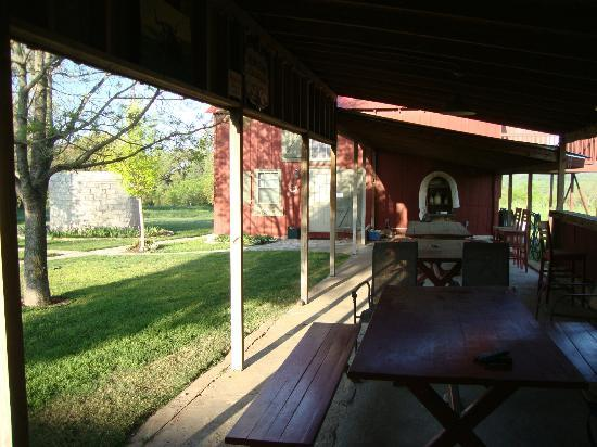 Chuckwagon Inn Bed & Breakfast: Covered outdoor dining area