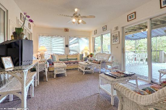 Cabana Gardens Bed & Breakfast: Florida Room with adjoining deck