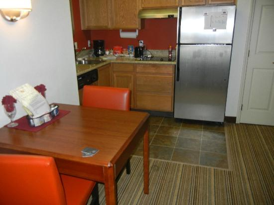 Residence Inn Austin South: Kitchen area