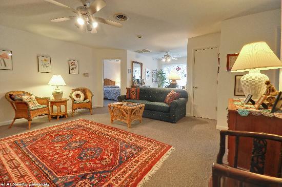 Cabana Gardens Bed & Breakfast: 2nd Floor Living Room