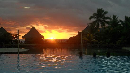 InterContinental Tahiti Resort & Spa: atardecer en la pileta del hotel