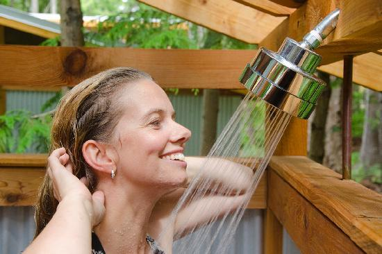 The Savary Island Resort: 2 person outdoor shower