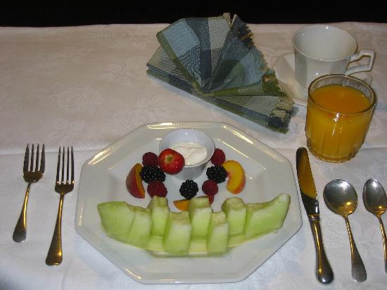 Globetrotters Bed and Breakfast: Begin your day with a fresh fruit plate.