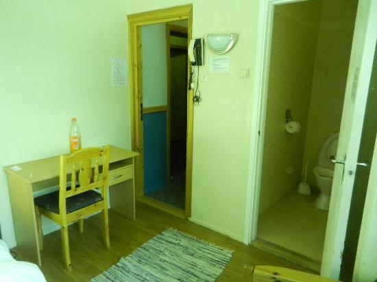 ABC Hotell: escritorio y puerta al bano