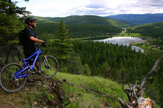 Biking along the Whitefish Trail (© Brian Schott / Whitefish CVB)
