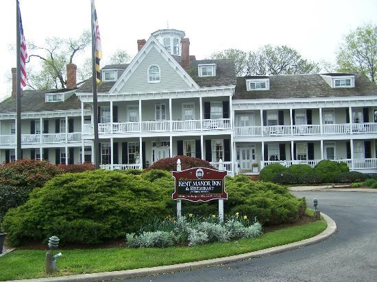 Kent Manor Inn: Great pic of the front of the manor