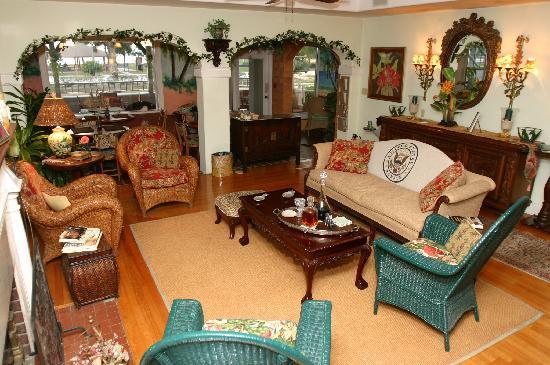 Sea Breeze Manor Bed & Breakfast: Sea Breeze livingroom