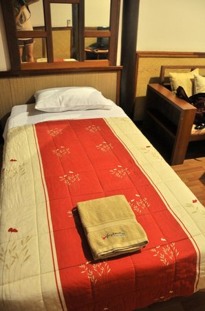 Amphawa Riverview : Comfy bed, a bit firm but typical for Thai accommodations