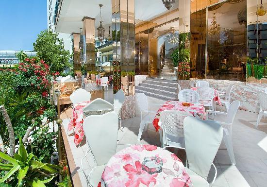 Hotel Baia Marina: portico con giardino