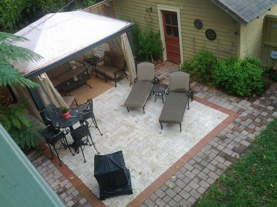 Larelle House Bed & Breakfast: Backyard furniture and covered seating area as seen from upstairs porch