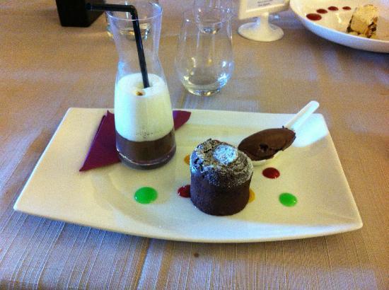 Les Boissieres: une merveille pour les papilles: chocolat chaud et sa mousse de lait, moelleux au chocolat et gl