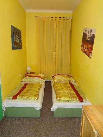 โอลด์ปราก โฮสเทล: Twin beds in a private room