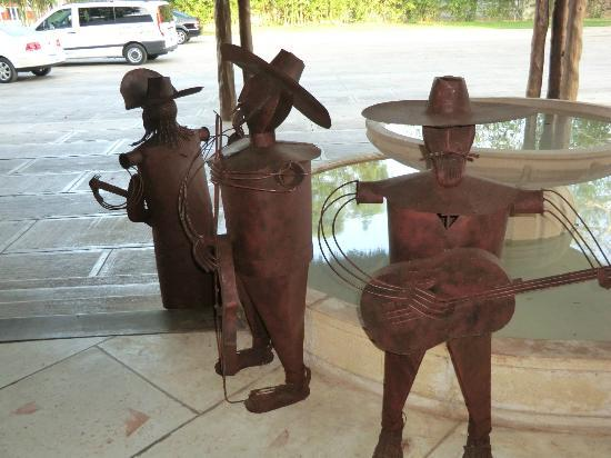Hotel Chichen Itza: Statues in lobby