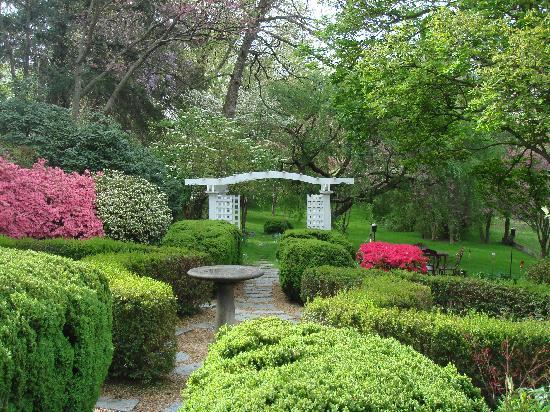 Sobotta Manor Bed & Breakfast: Beautiful springtime garden