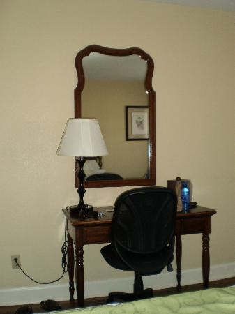 Merry Acres Inn: desk