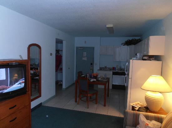 Days Inn & Suites Fort Myers near JetBlue Park: kitchen view