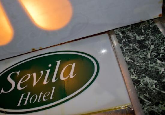 Sevila Hotel : Лифт весь в масле