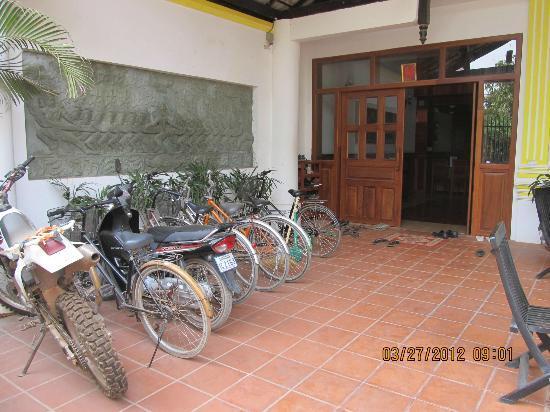 เสียมราฐรูมส์ เกสท์เฮ้าส์: Front Door & bike area