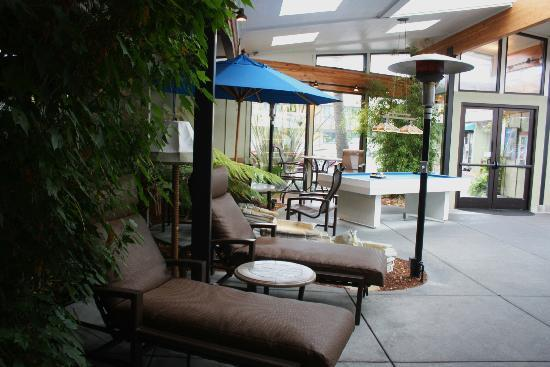 BEST WESTERN PLUS Humboldt Bay Inn: Pool table and deck chairs near the pool