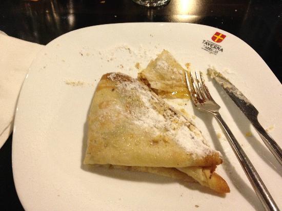 Taverna Sarbului : Pancakes with honey and nuts