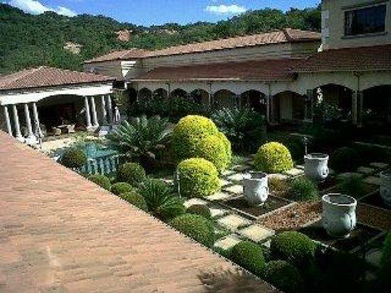 لا فيلا فيتا: View from bedroom looking over courtyard