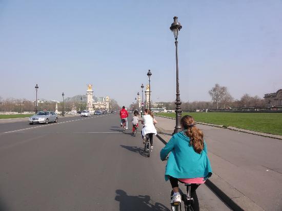 Paris Small Bike Tours: Llegando a los palacios y pasando por el puente alejandro III