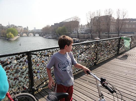Paris Small Bike Tours: Puente peatonal de los enamorados