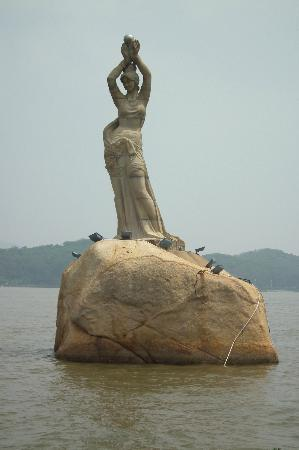 Statue of Fisher Girl: cool statue