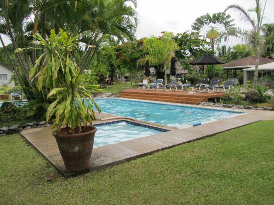 Lagoon Breeze Villas: pool decking