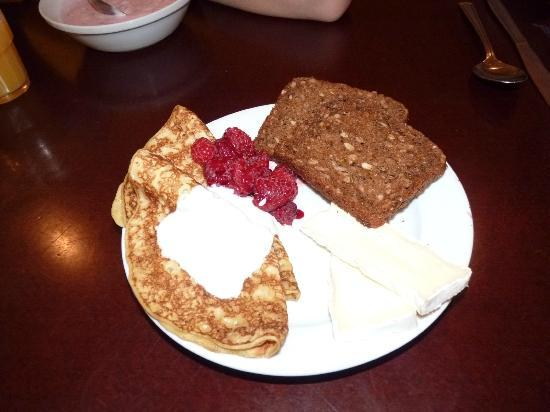 Best Western Plus Hotel Noble House: pancakes with raspberry