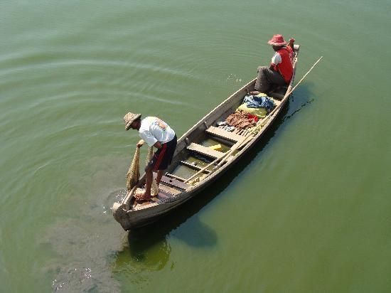 جسر يو بن: Hay barcas de Pescadores en el río