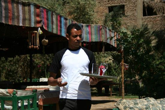 Al Baeirat Hotel : Rafat, der Kellner, versorgt mich mit Getränken