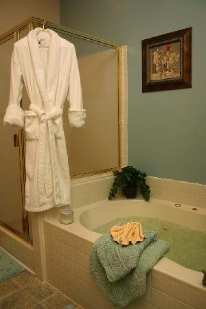 Bremen, IN: King Suite with Whirlpool Tub
