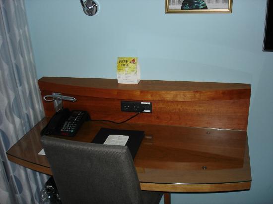 Tivoli Hotel: Schreibtisch in unserem Zimmer (gratis Internet via Kabel und WLAN)