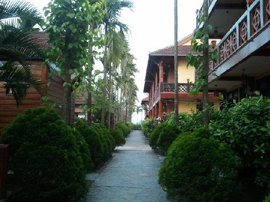 Pho Hoi Riverside Resort: Path to vila