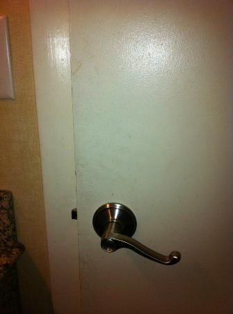 Econo Lodge Inn & Suites: Dirty Bathroom door