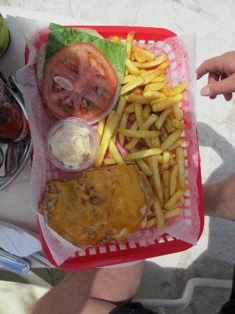 Paradise Beach : Chicken burger and fries
