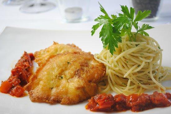 Toni's Ristorante : Pollo Parmigiana & Spaghetti Aglio, Olio, Peperoncino