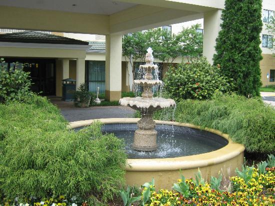 Courtyard Greenville-Spartanburg Airport: Fountain near entrance