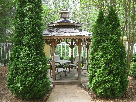 Courtyard Greenville-Spartanburg Airport: Gazebo in courtyard