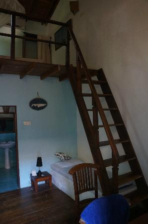 Full Moon Beach Resort: Stairs to the loft